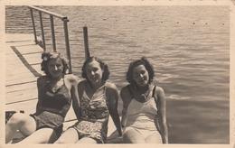 3 Elegant Women In Swimmsuits Beach Scene Real Photo Postcard 1930s - Fotografía