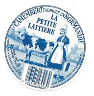 ETIQUETTE De FROMAGE. CAMEMBERT Fabriqué En NORMANDIE..La Petite Laitière..U.L.N. à CONDE Sur VIRE ( Manche 50 AN) - Fromage