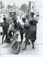 PHOTO ANIMÉE .VIETNAM .Viêt-Nam .MOTO, Mobylette, Solex, Scooter. Enfants Et Soldat .Motobécane AV88 Mobylette BLEU - Places
