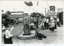 PHOTO ANIMÉE .VIETNAM .Viêt-Nam. Station Essence. SHELL . DAU LUA . Pompes Essence MOTO, Mobylette, Solex, Scooter. - Places
