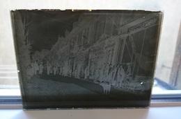 PRES DU CHOCOLATIER DANS LA RUE - PLAQUE DE VERRE PHOTO 12 X 9 CM - Plaques De Verre