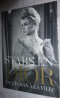 """Carte Postale : Stars En Dior, De L'écran à La Ville - Brigitte Bardot (1960) Villa """"Les Rhumbs"""" - Granville - Actors"""