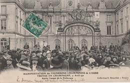 LA MANIFESTATIONS DES VIGNERONS DE L'AUBE - AVRIL 1911 - APRES L'ASSAUT DE LA PREFECTURE, LE DRAPEAU ROUGE EST ENLEVE -T - Troyes