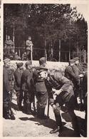 PHOTO ORIGINALE 39 / 45 WW2 WEHRMACHT FRONT RUSSE PETRYKAW OFFICIER ALLEMANDS ET SOLDATS AU CAMP - Guerra, Militares