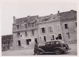 PHOTO ORIGINALE 39 / 45 WW2 WEHRMACHT FRANCE AISNE SOLDAT ALLEMAND EN VOITURE DEVANT UNE MAISON EN RUINE - Guerra, Militari
