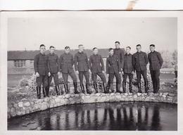 PHOTO ORIGINALE 39 / 45 WW2 WEHRMACHT FRANCE ROCHEFORT SUR MER SOLDATS ALLEMANDS AU CASERNE - Guerre, Militaire