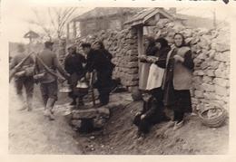 PHOTO ORIGINALE 39 / 45 WW2 WEHRMACHT BULGARIE PASSAGE DES SOLDATS ALLEMANDS DANS UN VILLAGE - Guerre, Militaire