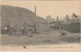CPA   EN NIVERNAIS LE BATTAGE EN PLEIN CHAMP    MOISSONNEUSE BATTEUSE - Landbouw