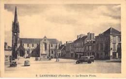 29 - LANDIVISIAU : La Grande Place ( Camionnette En 1er Plan ) CPA - Finistère - Landivisiau
