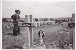 PHOTO ORIGINALE 39 / 45 WW2 FRANCE AISNE SOLDATS ALLEMANDS AU CIMETIERE D AMBLENY ENVIRONS DE SOISSONS - Guerra, Militari