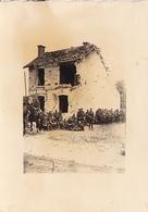 PHOTO ORIGINALE 39 / 45 WW2 FRANCE CHAMPAGNE SOLDATS ALLEMANDS DEVANT UNE MAISON DETRUITE - Guerra, Militari