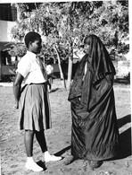 Photo Kenya Mombasa Deux Femmes Avec Des Habits Très Divergents. Photo Vivant Univers - Afrique