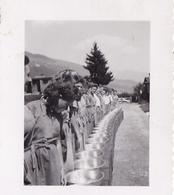 PHOTO ORIGINALE 39 / 45 WW2 WEHRMACHT ALLEMAGNE GERBACH JEUNES FILLES ALLEMANDS DU B.D.M REMISE DES GAMELLES - Guerra, Militares