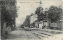 D38 - LA TOUR DU PIN - LA GARE - Nombreuses Personnes Sur Le Quai - Wagon - Train Entrant En Gare - La Tour-du-Pin