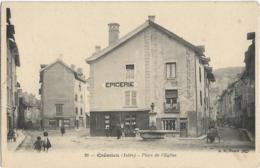 D38 - CREMIEU - PLACE DE L'EGLISE - Quelques Personnes Et Enfants - Femme Avec Une Charrette - Epicerie-Fontaine - Crémieu