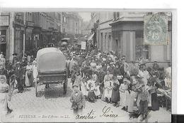 BETHUNE N 28   RUE D ARRAS  PERSONNAGES  FOULE   CHARRETTE   DEVANT BOUTIQUES  TIRAGE 1900 DEPT 62 - Bethune