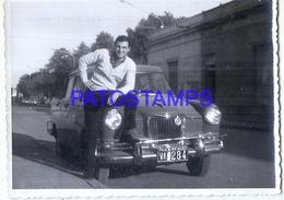 125966 AUTOMOBILE OLD CAR AUTO SEDAN AND MAN 11.5 X 8.5 CM PHOTO NO POSTAL  POSTCARD - Non Classificati