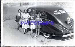 125972 AUTOMOBILE OLD CAR AUTO SEDAN AND WOMAN AND CHILDREN BREAK PHOTO NO POSTAL POSTCARD - Non Classificati