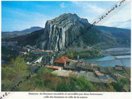 Photo (1987) : SISTERON (Alpes-de-Haute-Provence), La Durance Encadrée Et Surveillée Par Deux Forteresses... - Oude Documenten