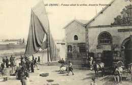 LE CROISIC  Femmes Salant La Sardine ,devant La Poissonnerie RV - Le Croisic