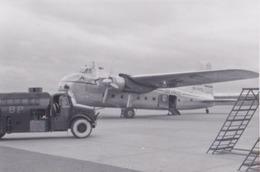 Photographie Anonyme Vintage Snapshot Avion Aviation Aéroport Dublin Plane Camion Citerne - Aviation