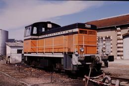 Photo Diapo Diapositive Slide Train Wagon Locotracteur SNCF Z2N Y 7830 à Montargis Le 20/04/1996 VOIR ZOOM - Dias