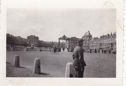 PHOTO ORIGINALE 39 / 45 WW2 WEHRMACHT FRANCE VERSAILLES GARDE ALLEMAND DEVANT LE CHATEAU - Guerra, Militari