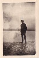 PHOTO ORIGINALE 39 / 45 WW2 FRANCE CALAIS SOLDAT ALLEMAND SUR LE FRONT DE MER - Guerre, Militaire