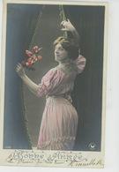 """FEMMES - FRAU - LADY - Jolie Carte Fantaisie Portrait Femme Derrière Rideau De """"Bonne Année """" - Donne"""