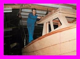 Isigny Sur Mer 14 * Michel Buisson Construction D'un Bateau * Série Les Mille Et Un Travaux De L'homme Sur Le Bois - Kunsthandwerk