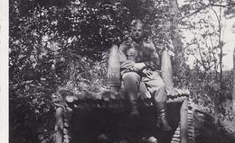 PHOTO ORIGINALE 39 / 45 WW2 FRANCE HAGUENAU SOLDAT ALLEMAND DEVANT LES MUNITIONS - Guerre, Militaire
