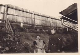 PHOTO ORIGINALE 39 / 45 WW2 FRANCE CHERBOURG UNE FEMME FRANÇAISE AVEC UN SOLDAT ALLEMAND - Guerra, Militares