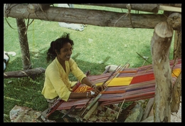 TIMOR - COSTUMES - Mulher Tecendo. ( Ed. Do  M.N.F. - Timor Nº 3)  Carte Postale - Timor Oriental