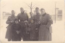 PHOTO ORIGINALE 39 / 45 WW2 WEHRMACHT POLOGNE VARSOVIE DES ENFANTS AVEC LES SOLDATS ALLEMANDS - War, Military