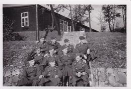 PHOTO ORIGINALE 39 / 45 WW2 WEHRMACHT FRANCE TOUL SOLDATS ALLEMANDS DEVANT LES BARAQUES - Guerra, Militari