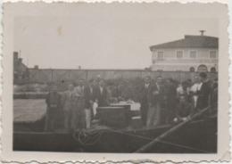 Fotografia Cm. 8,7 X 6,2 Con Gruppo Di Persone. Retro: Fotografo Bertin Battaglia Terme (Padova) Agosto 1937 - Persone Anonimi