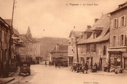 19. CPA. VIGEOIS.  La Grand'rue. Commerces, Pompe A Essence Mobiloil, Voitures Anciennes. - Autres Communes