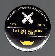 Vintage Students Association : Pin's 2018 Du Bar Des Anciens De L'Athénée Royal De La Louvière (ARLL) - Verenigingen