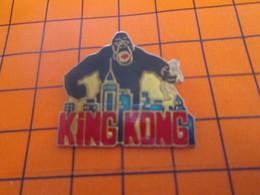 1619 Pin's Pins / Beau Et Rare : Thème CINEMA / FILM GORILLE KING KONG ATTAQUE HONG KONG ET ATTRAPE Melle TCHANG - Films