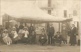 Groupe Famille Femmes A La Broderie Ou Reprisage Hommes Sur Relax Année1910-20 - Puteaux