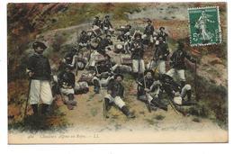 CPA CHASSEURS ALPINS - Au Repos - Regiments