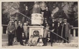 CARTE PHOTO ORIG. REMICH GROUPE ET UNE GRANDE BOUTEILLE DE BRUT ST MARTIN CORDON D'OR SPECIALE / FOURNISSEUR DE LA COUR - Remich