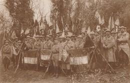 SUPERBE CARTE PHOTO D'UN GROUPE DE MILITAIRES AVEC DRAPEAUX - DEVANT, OFFICIER SUPERIEUR ALTIER - 2 SCANNS - TOP !!! - Regiments