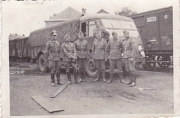 PHOTO ORIGINALE 39 / 45 WW2 WEHRMACHT FRANCE ORLEANS  LES SOLDATS ALLEMANDS EN GARE DEVANT UN CAMION DE TRANSPORT - Guerra, Militari