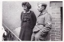 PHOTO ORIGINALE 39 / 45 WW2 WEHRMACHT FRANCE ALENCON SOLDAT ALLEMAND AVEC UNE JEUNE FEMME - Krieg, Militär