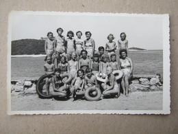 "Croatia / Poreč - Children, Kids, Girls In Swimsuit ... / Foto "" TRIFUNAC "" ( 13,5 X 8,6 Cm ) - Persone Anonimi"