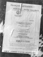 LYON PHOTO DE PRESSE D'UN AFFICHAGE DU COMITE LYONNAIS D'ACTION NATIONALISTE FRANC MACONNERIE FORMAT 20 X 15 CM - Lugares