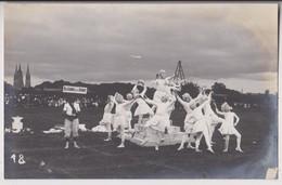 CARTE PHOTO : BAYEUX FETES DE GYMNASTIQUE 1909 - POSES PLASTIQUES - ALLEGORIE DE LA DANSE - AU FOND L'EGLISE - 2 SCANS - - Bayeux