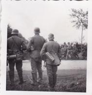 PHOTO ORIGINALE 39 / 45 WW2 WEHRMACHT FRANCE SOLDATS ALLEMANDS REGARDENT PASSER LES PRISONNIERS FRANCAIS - Guerre, Militaire
