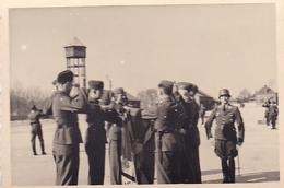 PHOTO ORIGINALE 39 / 45 WW2 WEHRMACHT FRANCE MAUBEUGE SEPTEMBRE 1942 APPEL DES SOLDATS ALLEMANDS A LA CASERNE - War, Military